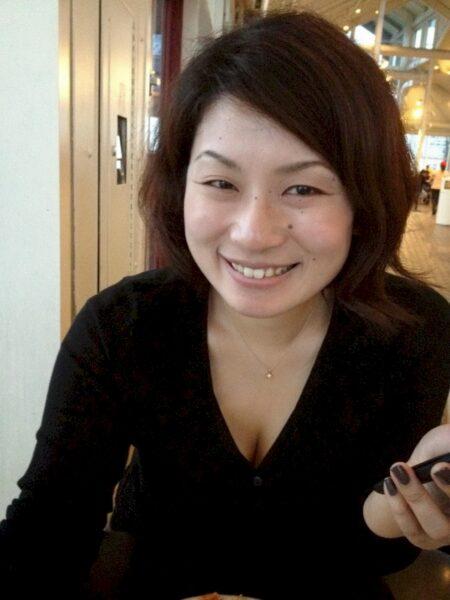 Femme asiatique autoritaire pour libertin docile